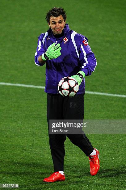Goalkeeper Sebastien Frey gestures during a AFC Fiorentina training session at Artemio Franchi Stadium on March 8 2010 in Florence Italy Fiorentina...