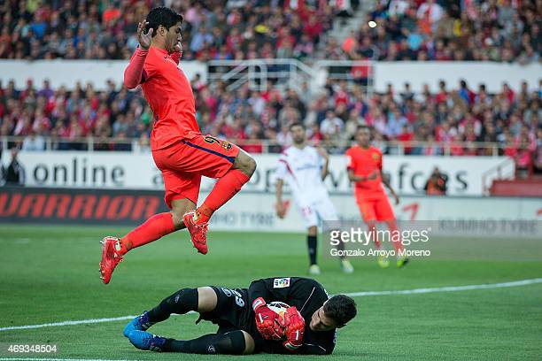 Goalkeeper Sergio Rico of Sevilla FC stops the ball against Luis Suarez z of FC Barcelona during the La Liga match between Sevilla FC and FC...