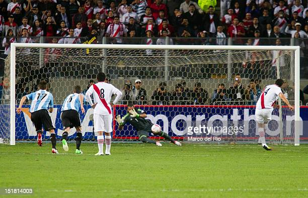 Goalkeeper Sergio Romero of Argentina stopa a penalty of Peruvian player Claudio Pizarro during the match between Argentina and Perú as part of the...