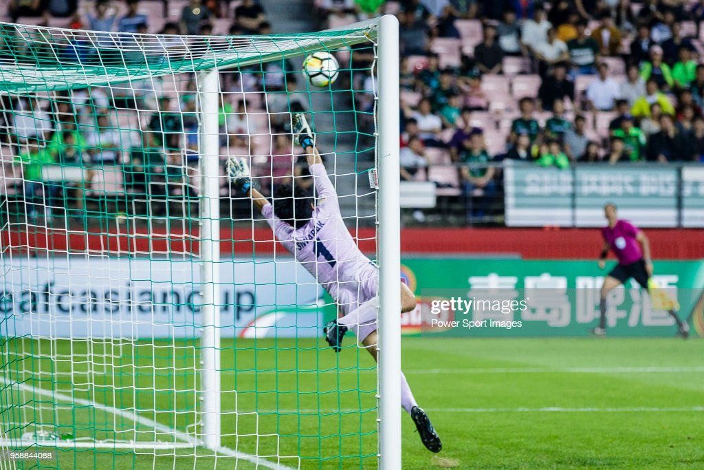 Goalkeeper Sivarak Tedsungnoen of Buriram United reaches for the ball after an attempt at goal by Jeonbuk Hyundai Motors FC during the AFC Champions League 2018 Group F match between Jeonbuk Hyundai Motors FC (KOR) and Buriram United (THA) at Jeonju World Cup Stadium on 15 May 2018, in Jeonju, South Korea.