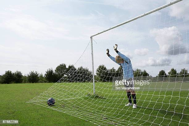 goalkeeper standing next to net - nederlaag stockfoto's en -beelden