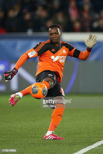 Goalkeeper Steve Mandanda of Olympique de Marseille in action during the Ligue 1 match between Paris SaintGermain FC and Olympique de Marseille at...