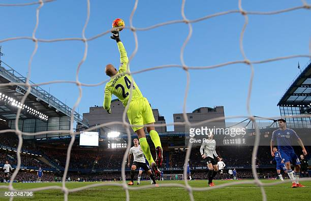 Goalkeeper Tim Howard of Everton makes a save during the Barclays Premier League match between Chelsea and Everton at Stamford Bridge on January 16...