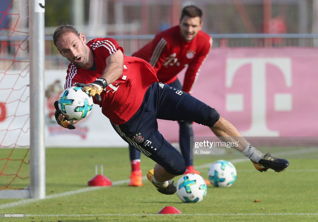 Goalkeeper Tom Starke (L) of FC Bayern Muenchen practices next to his goalkeeper teammate Sven Ulreich during a training session at the Saebener Strasse training ground on October 12, 2017 in Munich, Germany.