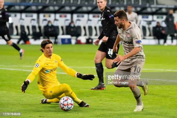 goalkeeper Yann Sommer of Borussia Moenchengladbach and Junior Moraes of Shakhtar Donetsk battle for the ball during the UEFA Champions League Group...