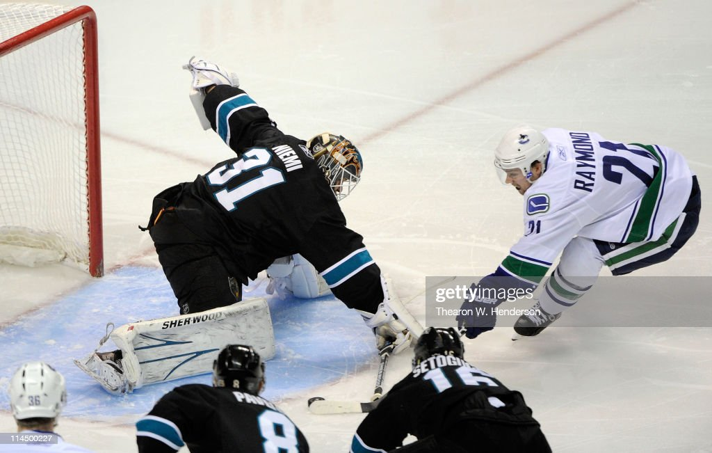 Vancouver Canucks v San Jose Sharks - Game Four : Fotografía de noticias