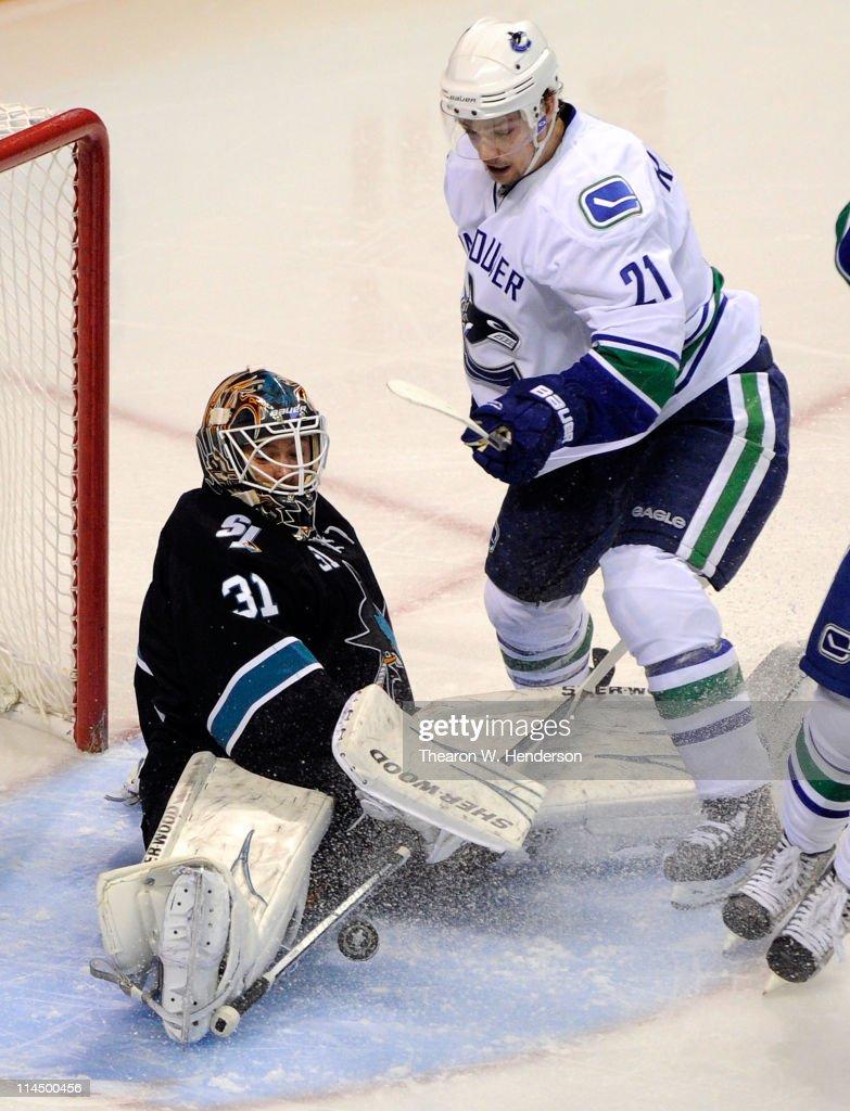 Vancouver Canucks v San Jose Sharks - Game Four : Foto jornalística