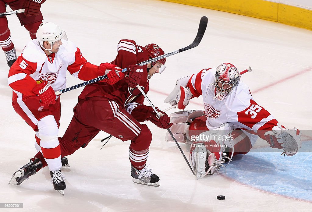 Detroit Red Wings v Phoenix Coyotes - Game Two : News Photo