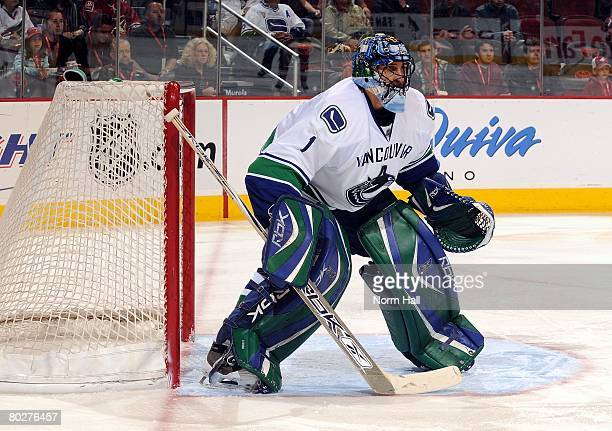 Goaltender Roberto Luongo of the Vancouver Canucks gets ready to make a save against the Phoenix Coyotes on March 13 2008 at Jobingcom Arena in...