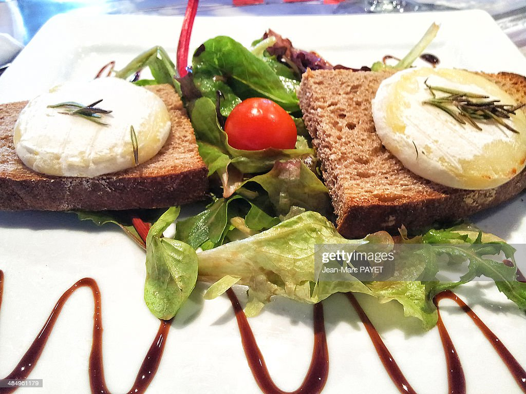 Goat cheese on its bed of salad : Photo