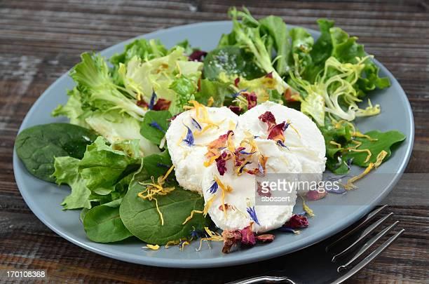 Salade au fromage de chèvre avec fleurs comestible