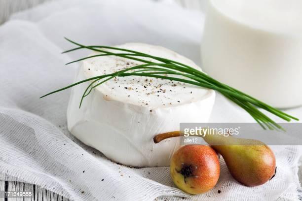 Fromage au lait de chèvre avec des poires
