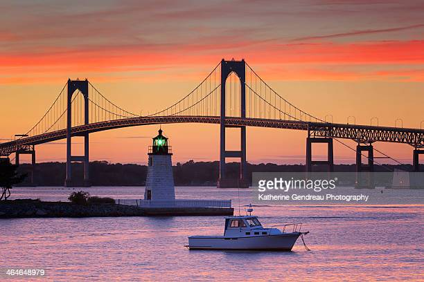 goat island lighthouse and newport bridge - newport rhode island stock pictures, royalty-free photos & images