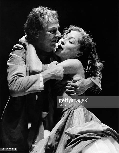 Gobert Boy *Schauspieler Regisseur Intendant D als 'Jago' mit Sona MacDonald als'Desdemona' in 'Othello' von Shakespeare 1982Foto Erika Rabau