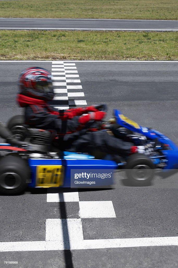 Go-cart racer crossing the finish line : Foto de stock