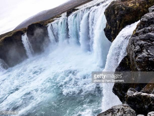 godafoss waterfall - inclinando se - fotografias e filmes do acervo