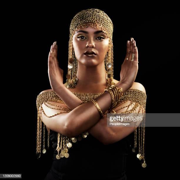 godinnen zijn vrouwen die diep in zichzelf tevoorschijn komen - koningin koninklijk persoon stockfoto's en -beelden