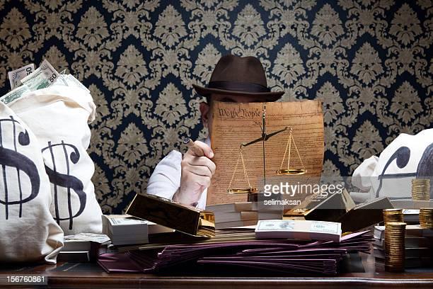 Godfather, die amerikanische Verfassung, schmutziges Geld und Gold am Schreibtisch