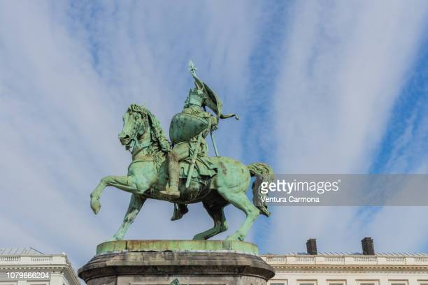 godfrey of bouillon equestrian statue in brussels - godfrey of bouillon stock pictures, royalty-free photos & images