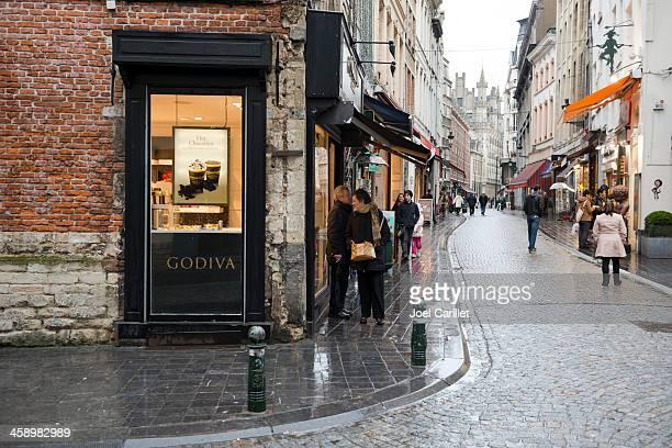 godiva chocolate y gente en bruselas - bélgica fotografías e imágenes de stock