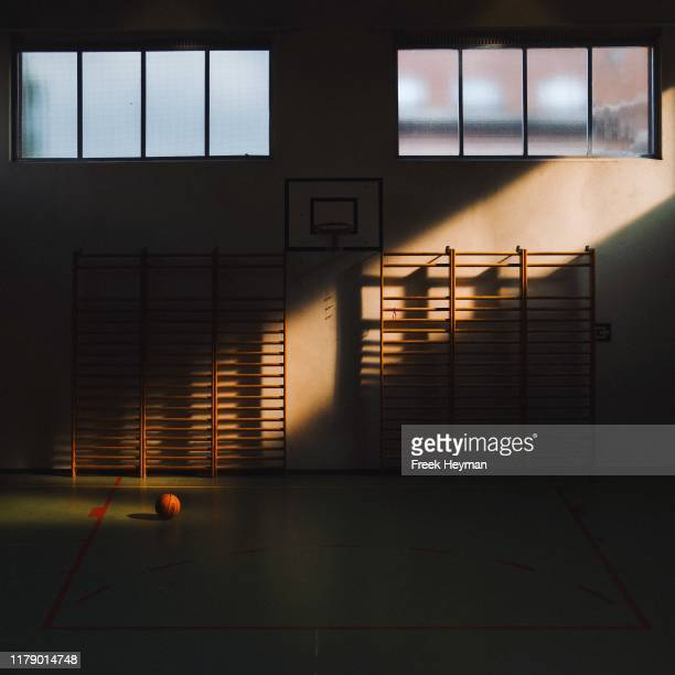 godlight basketball - speelveld stockfoto's en -beelden