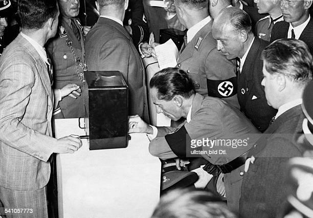 Goebbels, Joseph *29.10.1897-+Politiker, NSDAP, D- bei einem Rundgang durch die 'GrosseDeutsche Funkausstellung' in den neuenMessehallen am Funkturm...