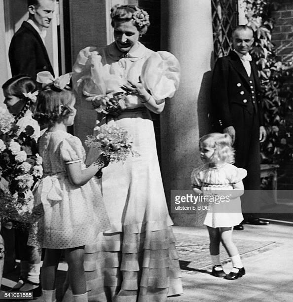 Goebbels Joseph *29101897Politiker NSDAP D Ehefrau Magda mit den Töchtern HelgaHilde und Holde vor dem Haus aufSchwanenwerder in Erwartung des zu...