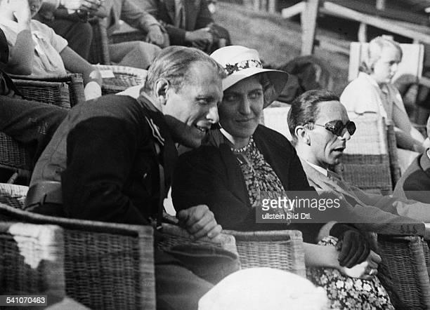 Goebbels Joseph *29101897Politiker NSDAP D Goebbels mit seiner Ehefrau Magda auf der Tribüne des Tennisclubs BlauWeiss in BerlinGrunewald...