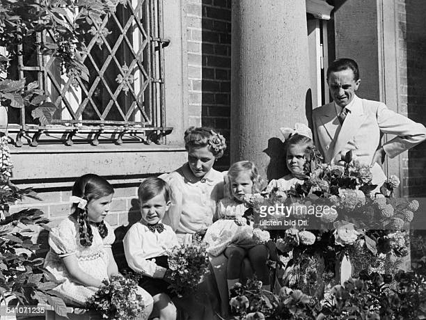Goebbels Joseph *29101897Politiker NSDAP D mit Ehefrau Magda sowie den KindernHelga Hellmut Holde und Hilde vor dem Haus auf Schwanenwerderin...