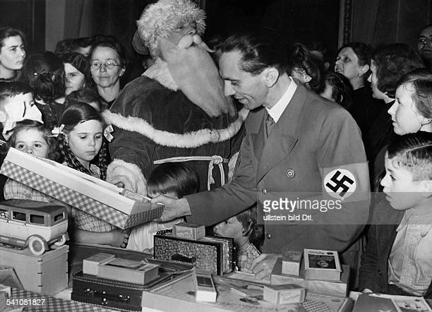 Goebbels Joseph *29101897Politiker NSDAP D verteilt Geschenke an Kinder deutscherRückwanderer auf einer Weihnachtsfeierim Reichsministerium für...