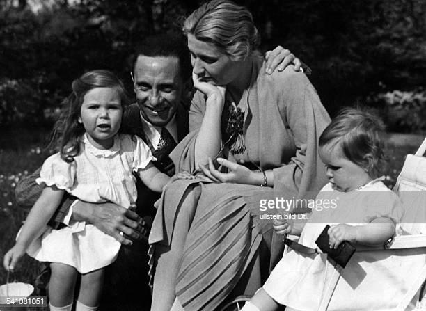 Goebbels Joseph *29101897Politiker NSDAP DDas Ehepaar Goebbels mit den TöchternHelga und Hilde 1935