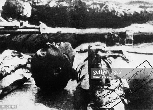 Goebbels Joseph *29101897Politiker NSDAP DDie Leichen von Goebbels und seiner Frau Magda nach ihrem Selbstmord im Garten der Reichskanzlei in Berlin