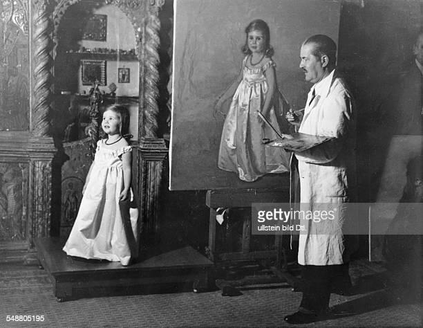 Goebbels Joseph Politician NSDAP Germany *29101897 his daughter Helga posing for the painter Nicola Mikhailov 1935 Photographer Carl Fernstaedt...