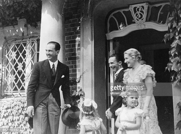 Goebbels Joseph Politiker NSDAP D begruesst mit Ehefrau Magda sowie den Toechtern Helga und Hilde den Kronprinz Umberto von Italien vor seinem Hause...