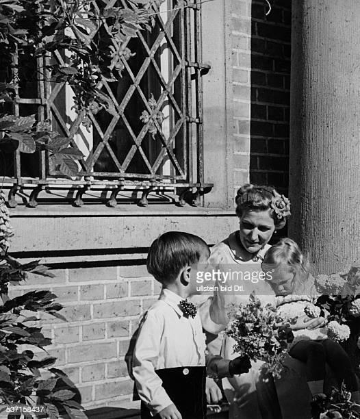 Goebbels, Joseph , Politiker, NSDAP, D, - Ehefrau Magda mit den Kindern Hellmut, und Holde vor dem Haus auf Schwanenwerder, in Erwartung des zu einem...