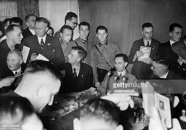 Goebbels Joseph Politiker NSDAP D im Kreis von Arbeitern der Automobilindustrie im Hotel 'Kaiserhof' anlässlich der Eröffnung der Internationalen...