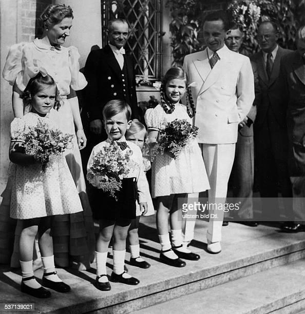 Goebbels Joseph Politiker NSDAP D mit Ehefrau Magda sowie den Kindern Hilde Hellmut Holde und Helga vor dem Haus auf Schwanenwerder in Erwartung des...