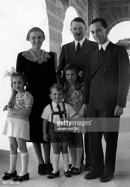 Goebbels Joseph Politiker NSDAP D mit Ehefrau Magda und den Kindern Hilde Hellmut und Helga bei Adolf Hitler im Berghof auf dem Obersalzberg bei...
