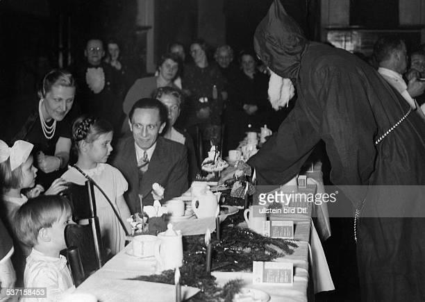 Goebbels Joseph Politiker NSDAP D mit Ehefrau Magda und den Kindern Hellmut Hilde und Helga bei einer Weihnachtsfeier veröffentlicht
