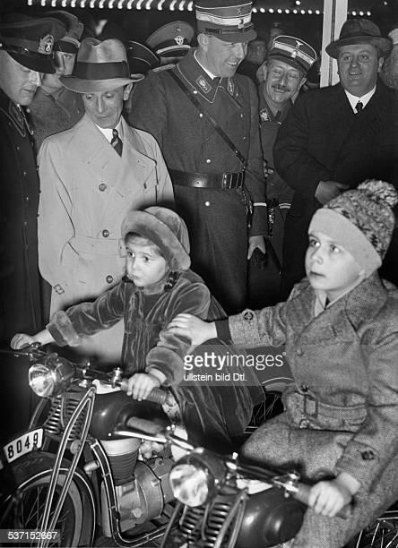 Goebbels Joseph Politiker NSDAP D mit seiner Tochter Helga auf dem Weihnachtsmarkt am Funkturm in Berlin neben Goebbels nach rechts Polizeipräsident...