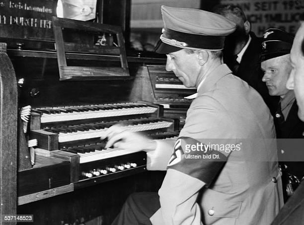 Goebbels Joseph Politiker NSDAP D spielt auf der '13 Grossen Deutschen Rundfunkausstellung' auf dem Berliner Messegelände am Kaiserdamm auf einer...
