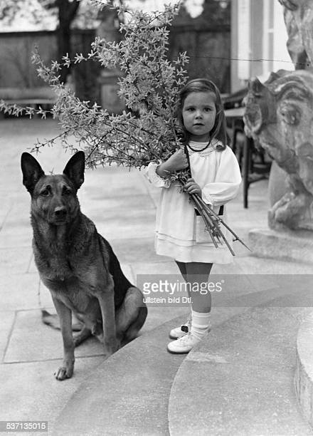 Goebbels Joseph Politiker NSDAP D Tochter Helga mit einem Forsythienstrauss 1937