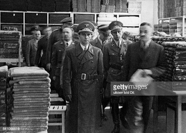 Goebbels Joseph*29101897Politiker NSDAP D besichtigt die provisorische Unterkunft eines bei einem Bombenangriff zerstoerten Kaufhauses in Koeln...