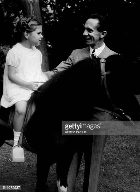 Goebbels Joseph*29101897Politiker NSDAP Dmit Tochter Helga die auf einem Pony sitzt Erschienen Gruene Post 43/1937 Aufnahme PresseIllustrationen...