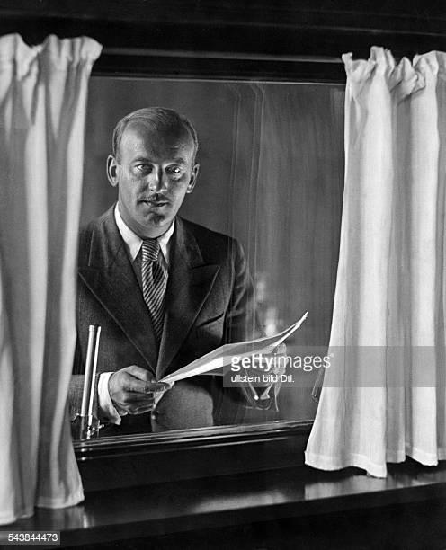 Goedecke Heinz radio announcer Germany*1902Portrait shot through the window of the recording studio Photographer Ullmann Published by 'Hier Berlin'...