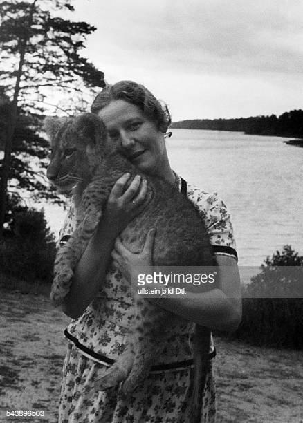 Goering Emmy Actress Germany*240318932nd wife of Hermann Goering with the lions 'Cesar' in Hermann Goering's estate Carinhall in the Schorfheide...