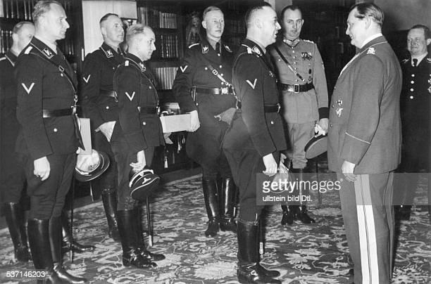 Goering, Hermann, 12.01.1893 - , Politiker, NSDAP, D, - Reichsführer SS Heinrich Himmler und seine engsten Mitarbeiter, gratulieren; hinter Himmler...