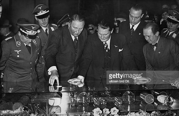 Goering, Hermann , Politiker, NSDAP, D, - beim Rundgang durch die Internationale, Automobil - Ausstellung am Kaiserdamm, und am Funkturm in Berlin;...