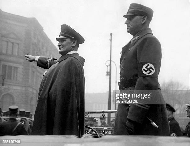 Goering Hermann Politiker NSDAP D nimmt an der PrinzAlbrechtStrasse in Berlin einen Vorbeimarsch der SAWachstandarte 'Feldherrnhalle' ab rechts...