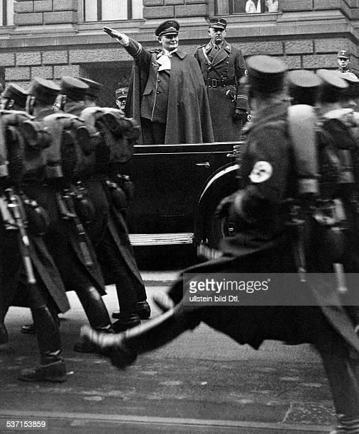 Goering Hermann Politiker NSDAP D nimmt vor dem 'Haus der Flieger' an der PrinzAlbrechtStrasse in Berlin einen Vorbeimarsch der SAWachstandarte...